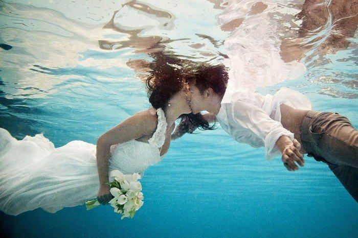 coole-Hochzeitsbilder-Ideen-Kuss-unter-dem-Wasser