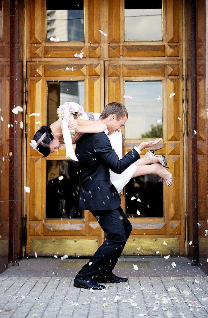 coole-Hochzeitsfotos-die-Braut-auf-dem-Rücken-tragen