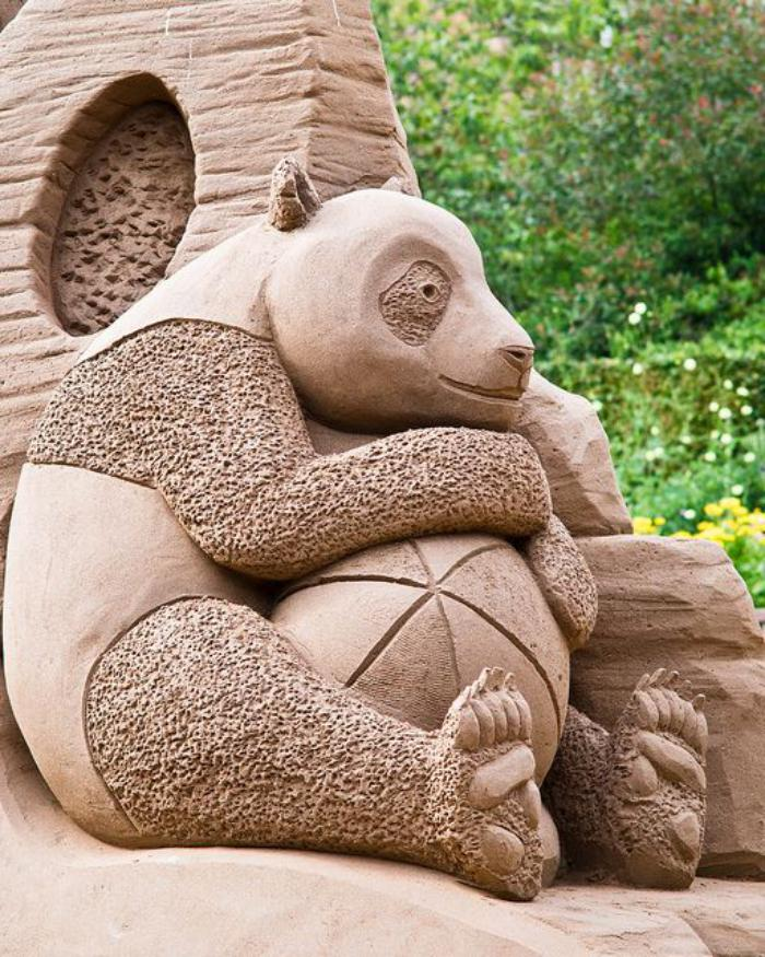 coole-Sandskulptur-von-süßem-Panda