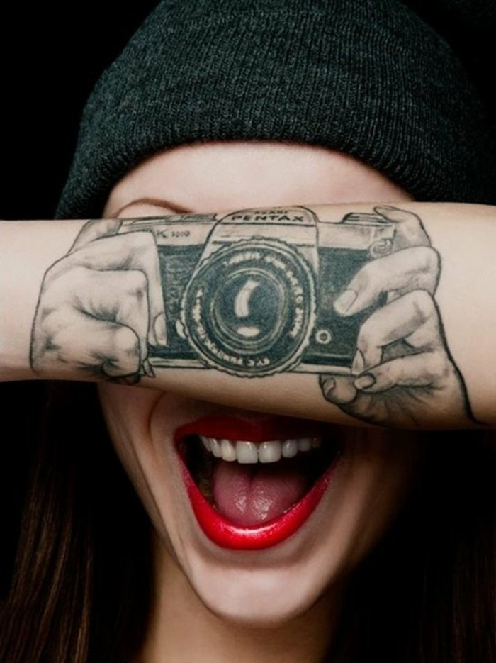 coole-Tattoos-für-Frauen-Fotocamera