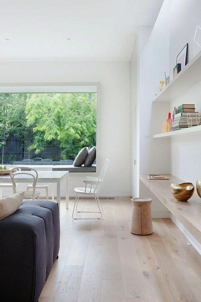 coole-moderne-Wohnung-wenige-Möbel-schöner-Ausblick-laminierter-Parkettboden