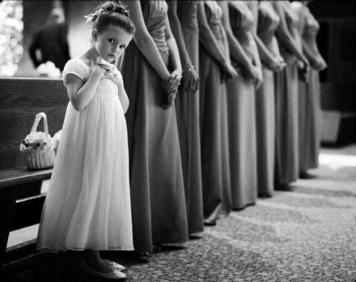 coole-schwarz-weiße-Hochzeitsfotos-kleine-Brautjungfer