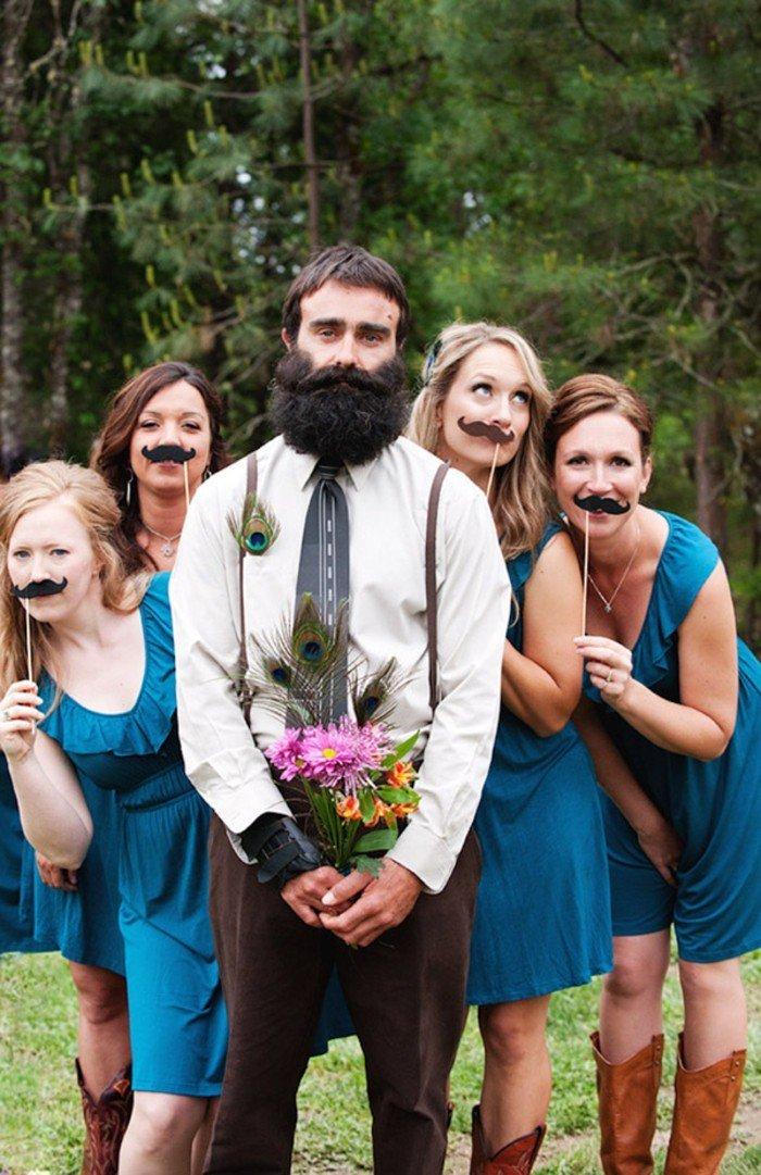 cooles-Hochzeitsfoto-Bräutigam-mit-Brautjungfern-Movember-Movement