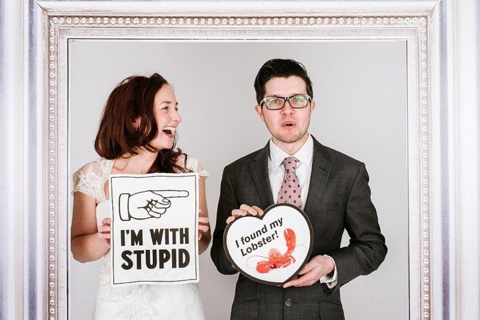 cooles-Hochzeitsfoto-Brautleute-mit-lustigen-Aufschriften