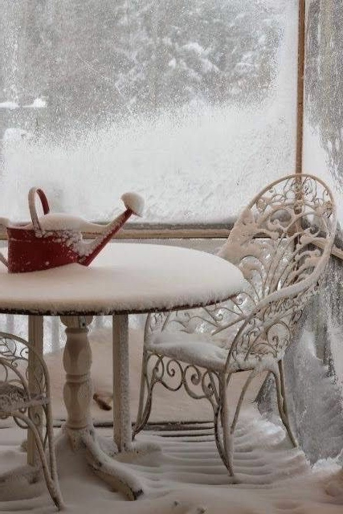 cooles-Winterbild-Garten-Tisch-Stuhl-aus-Schmiedeeisen-Gießkanne