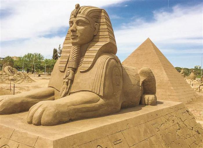 die-Sphinx-Skulptur-gemacht-aus-Sand