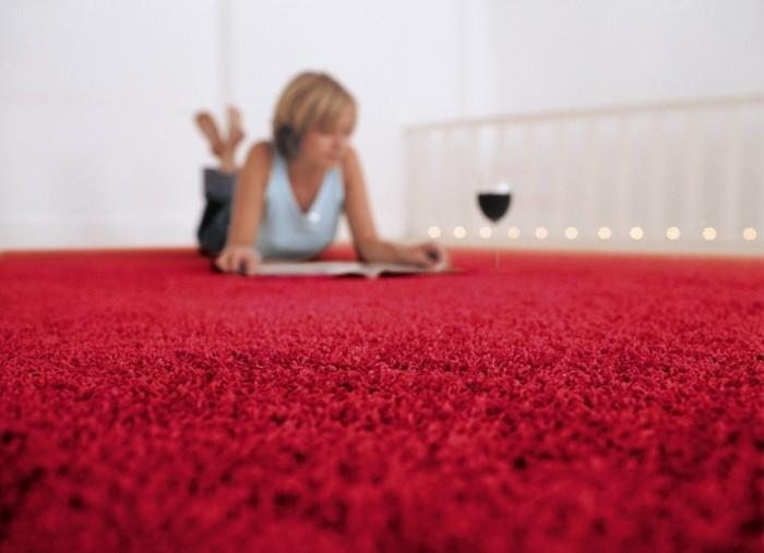 Eine Frau Liegt Auf Dem Boden Und Liest