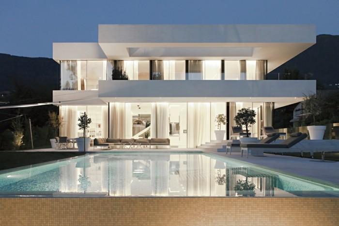 einfamilienhaus-bauen-weiße-minimalistische-gestaltung-mit-pool