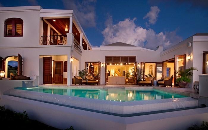 einfamilienhaus-kaufen-luxuriöse-gestaltung-modernes-hausdesign-mit-pool