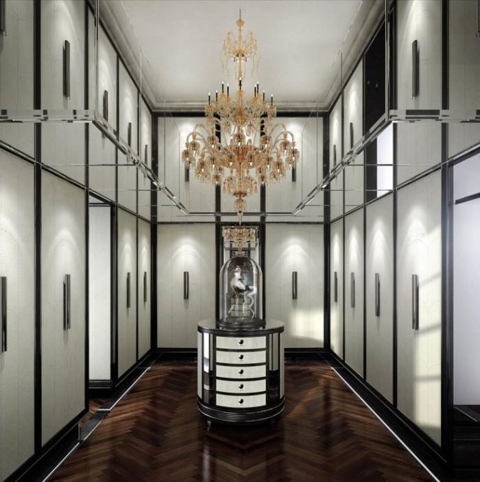 einzigartiges-schwarz-weißes-Interieur-großartiger-Kristallleuchter