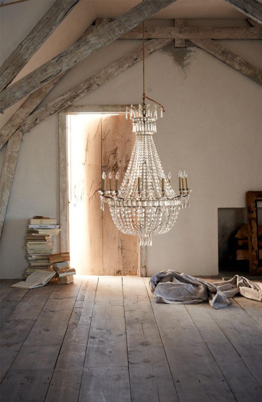 eklektische-Komposition-Wohnung-in-rustikalem-EInrichtungsstil-stilvoller-Kristallleuchter