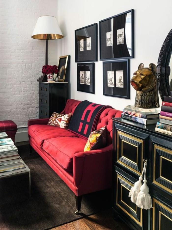 elegante-Wohnzimmer-Gestaltung-schwarzer-Schränke-Wandbilder-elegante-Couch-rot