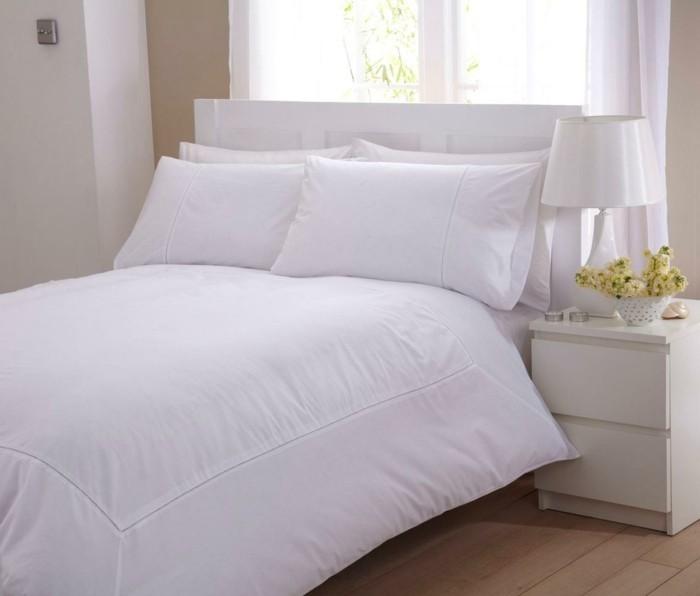 elegante-bettwäsche-in-weiss-weiße-nachttischlamp