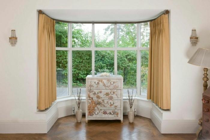 elegante-gardinen-im-wohnzimmer-schöner-sessel