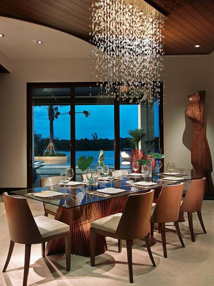 elegantes-Esszimmer-Interieur-schöner-Ausblick-moderner-Kronleuchter