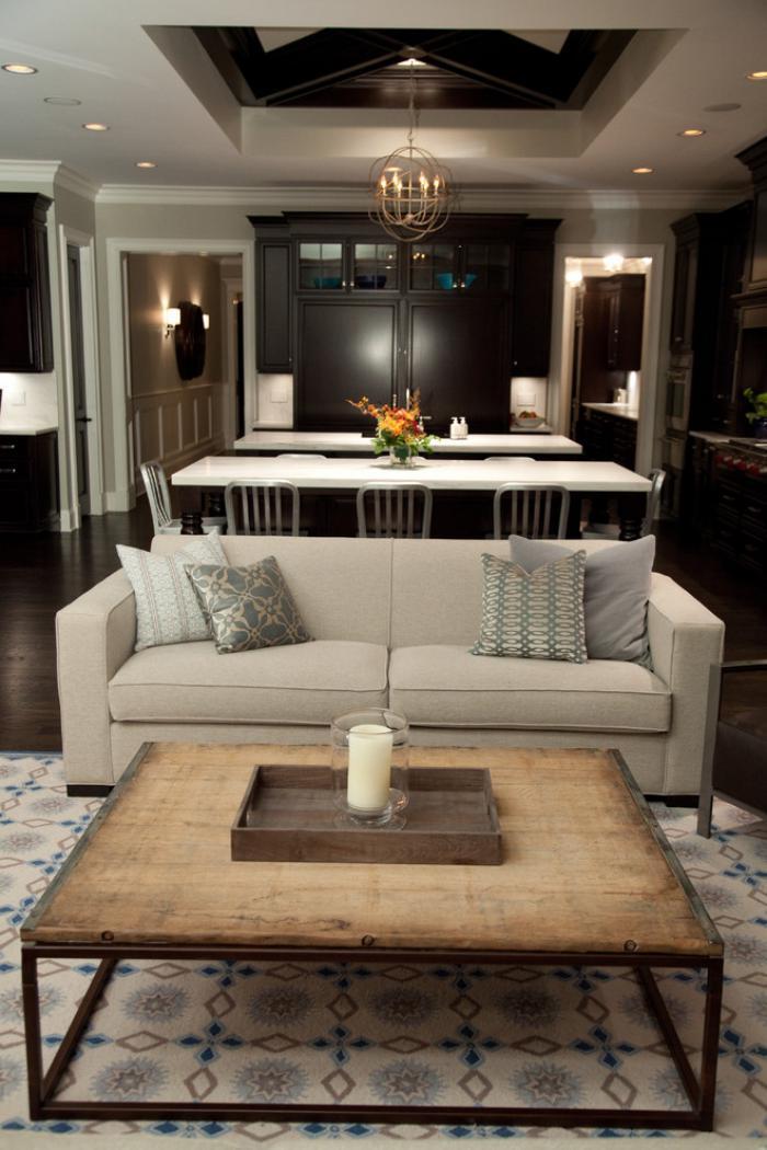 elegantes-Interieur-feine-Möbel-hölzerner-Kaffeetisch