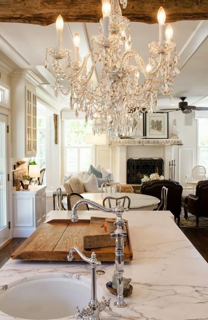 elegantes-weißes-Interieur-Kamin-prachtvoller-Kristall-Kronleuchter