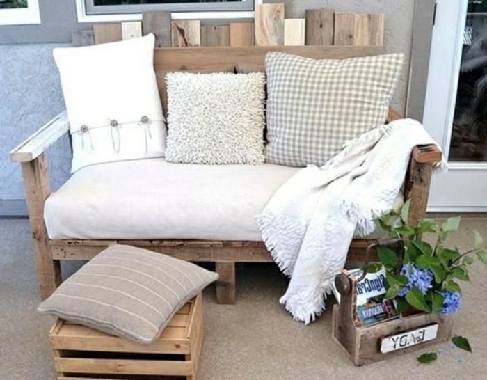 europalette-möbel-einmaliges-modell-sofa-mit-weißen-dekokissen