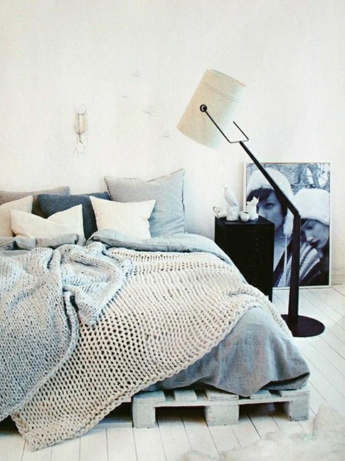 europalette-möbel-kreatives modell-bett-stehlampe