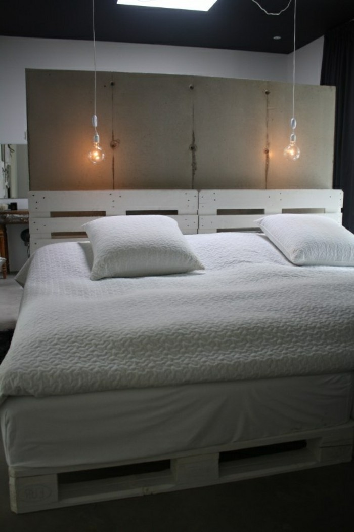 europalette-möbel-weiße-kissen-und-bettwäsche-im-schlafzimmer