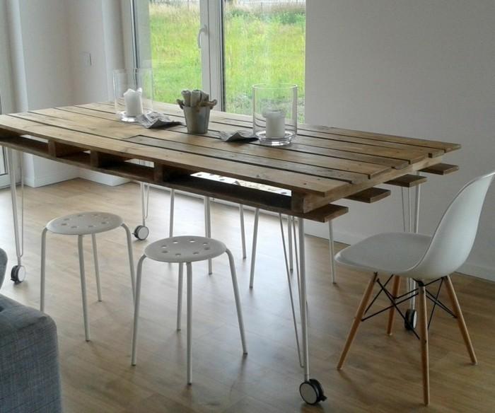 europalette-tisch-tolles-design-mit-weißen-stühlen