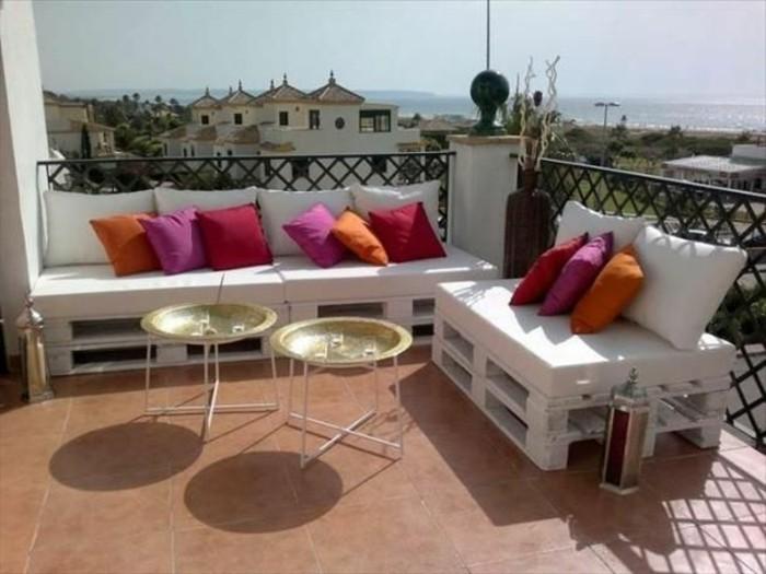 europaletten-möbel-weißes-sofa-und-tolle-rote-kissen
