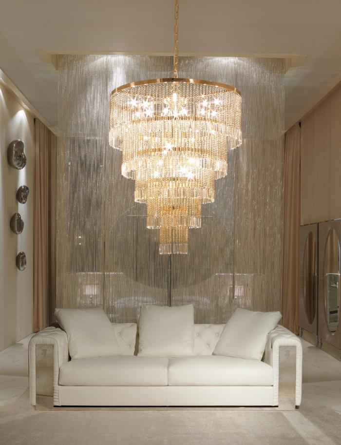 exquisites-Interieur-bequemes-weißes-Sofa-prachtvoller-Kristall-Kronleuchter