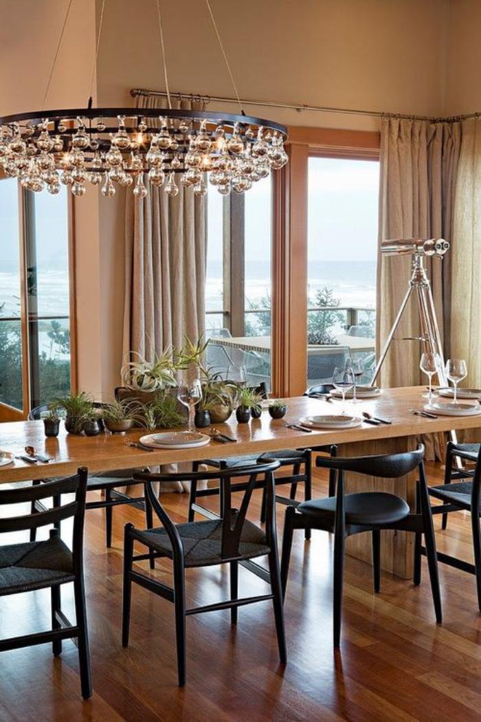 extravagantes-Esszimmer-Topfpflanzen-großer-Kronleuchter