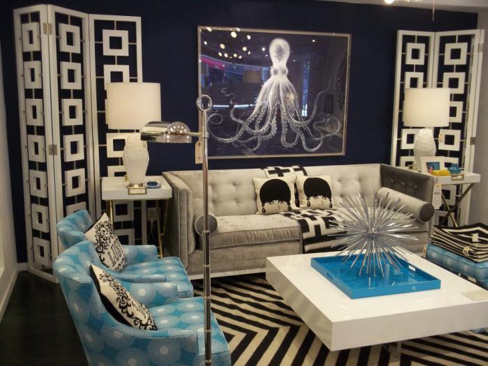 extravagantes-Wohnzimmer-Interieur-attraktiver-Wohnzimmertisch-mit-Dekoration