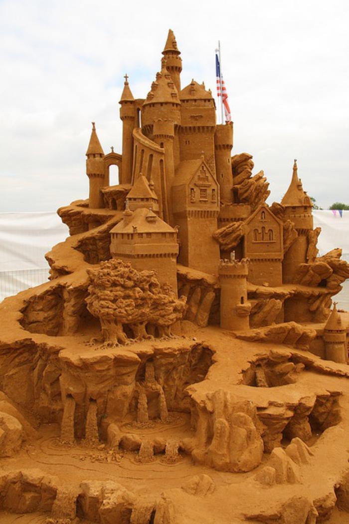 fantastische-Sandskulptur-von-großem-Schloss