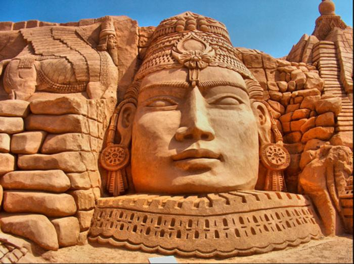 fantastische-Sandskulptur-von-mystischem-Pharaon