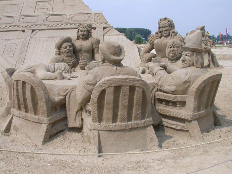 fantastische-Skulptur-aus-Sand-in-der-Kneipe