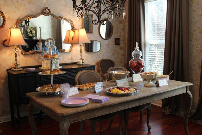 fantastische-Tischdekoration-für-Party-in-Dornröschen-Stil