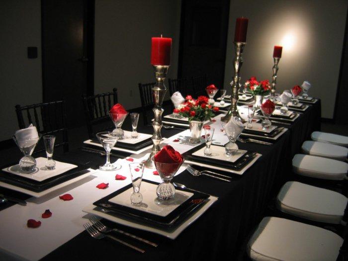 fantastische-Tischdekoration-mit-roten-Akzenten-in-Dornröschen-Stil