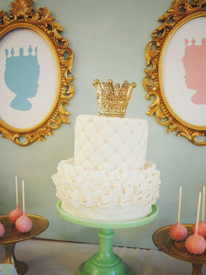 fantastische-weiße-Torte-wie-im-Dornröschen-Märchen