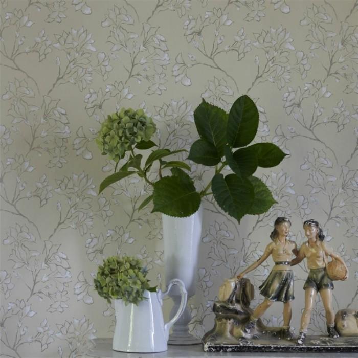 farbe-magnolia-grüne-pflanzen-in-vase-und-tapete-dahinter