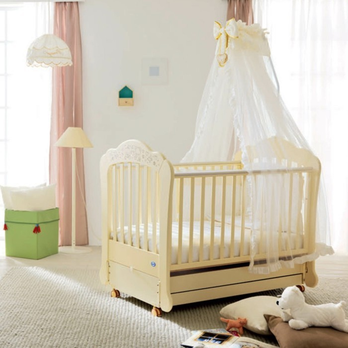 farbe-magnolia-wunderschönes-babyzimmer-mit-einem-süßen-babybett