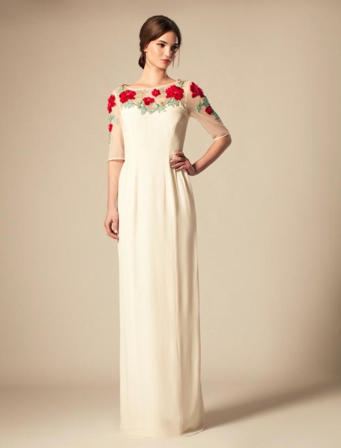 farbe-magnolie-elegantes-und-extravagantes-kleid-mit-einem-rosenakzent