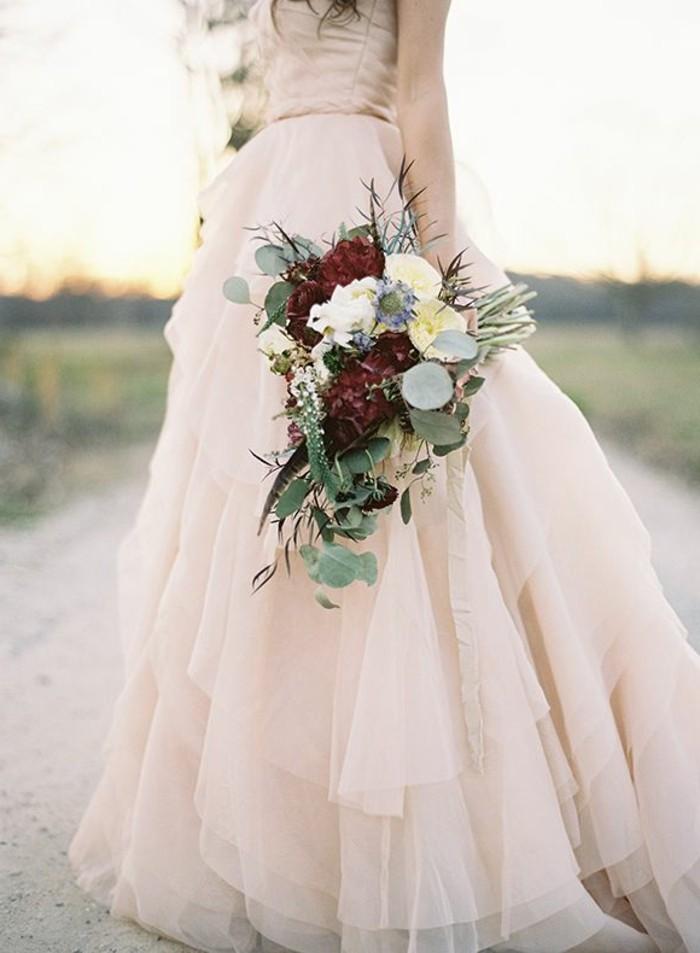 farbe-magnolie-wunderschönes-üppiges-kleid-und-blumenstrauß