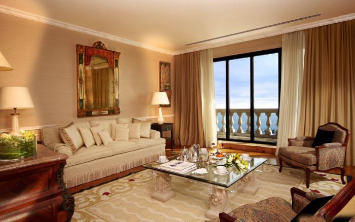 feine-Wohnzimmer-Einrichtung-aristokratisches-Modell-Couchtisch-Glas