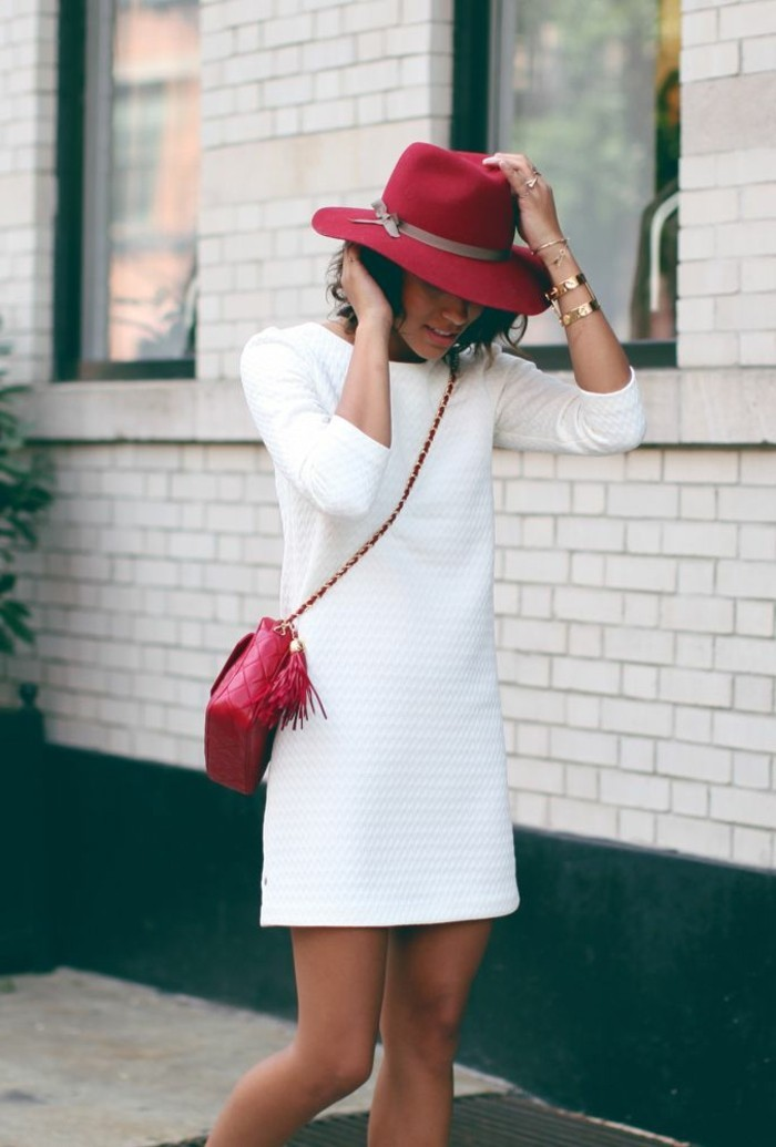 filz-hut-rot-und-kleine-tasche-weißes-Kleid