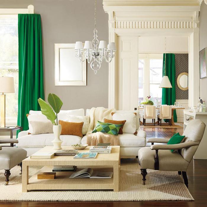 frisches-Wohnzimmer-Interieur-grüne-Gardinen-quadratischer-Couchtisch-Holz