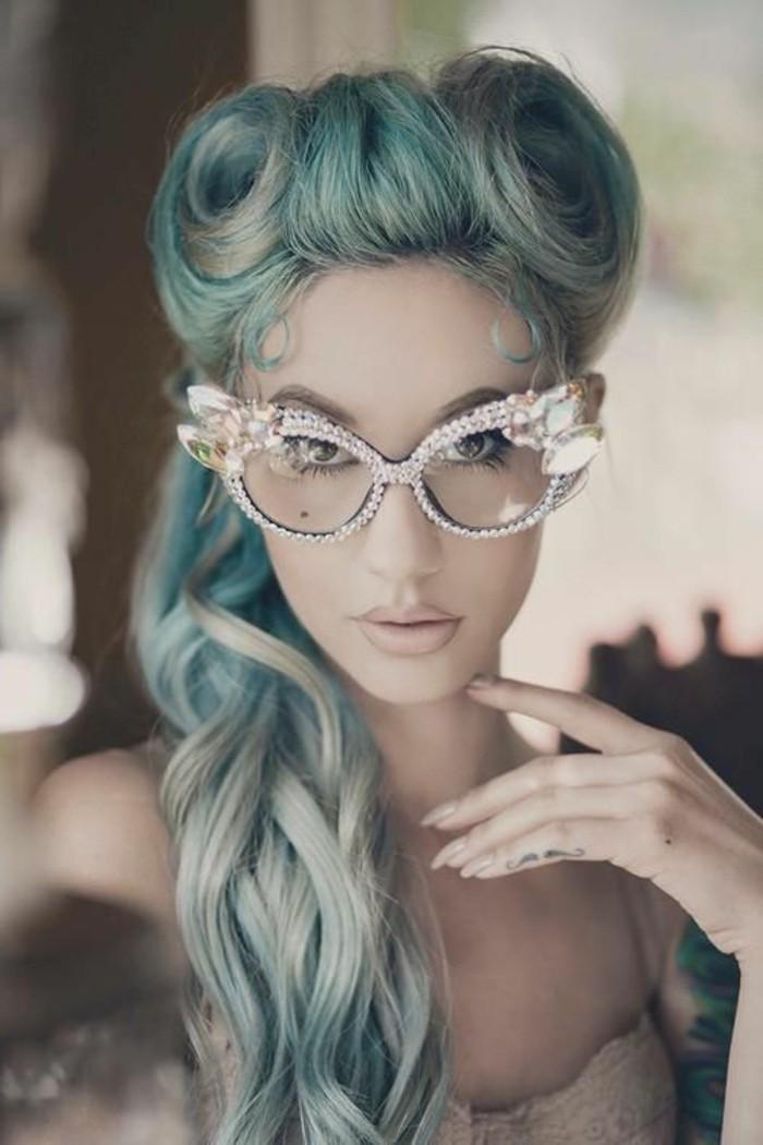 frisuren-frauen-lang-blaue-haare-rockbilly-styling