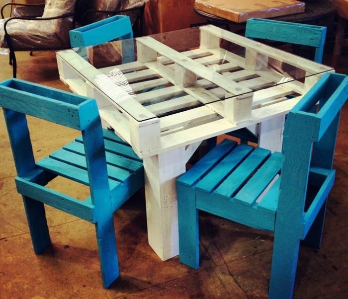 gartenmöbel-aus-paletten-blaue-stühle-und-weißer-tisch