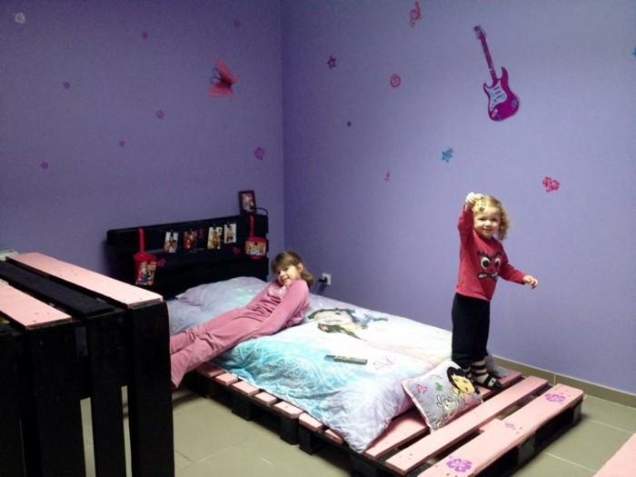 möbel-aus-paletten-kleines-bett-modell-lila-wände