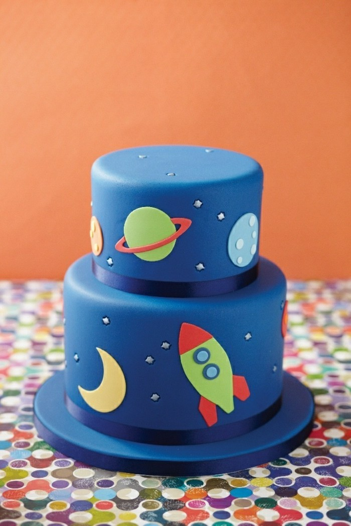 geburtstagskuchen-für-kind-blaue-torte-auf-zwei-etagen