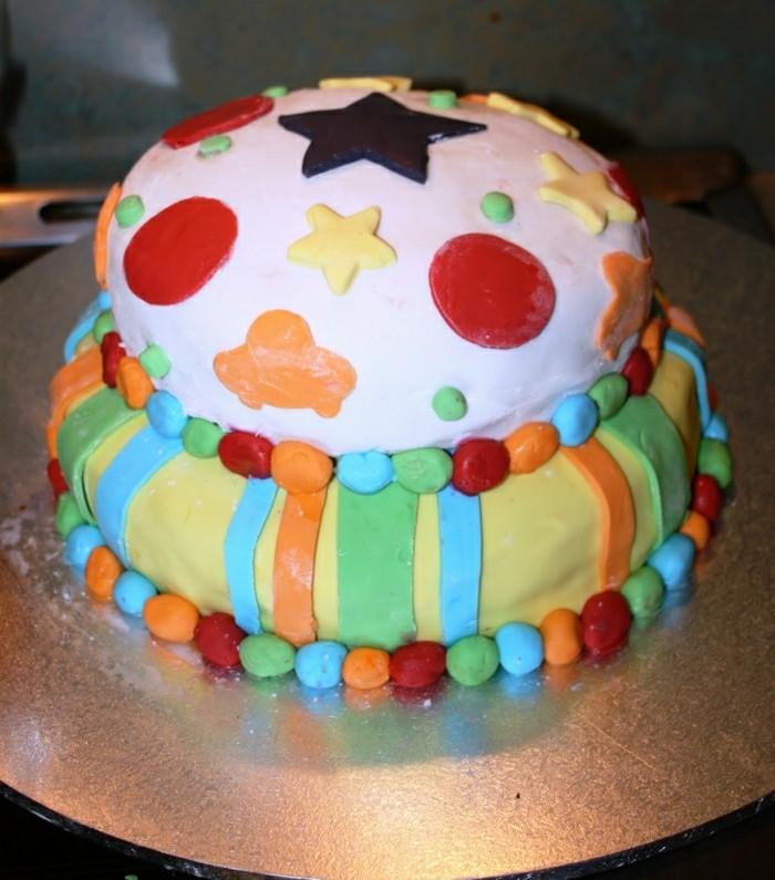 geburtstagskuchen-für-kinder-kleines-modell-torte-mit-einem-stern