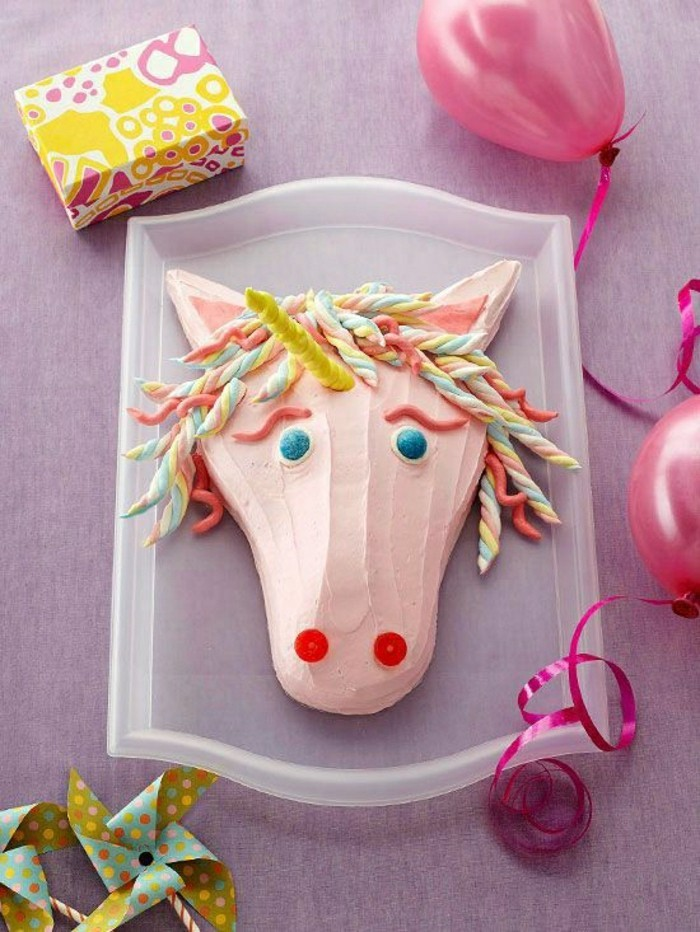 geburtstagskuchen-für-kinder-pferd-kopf-unikale-gestaltungs-super-foto-von-oben-genommen