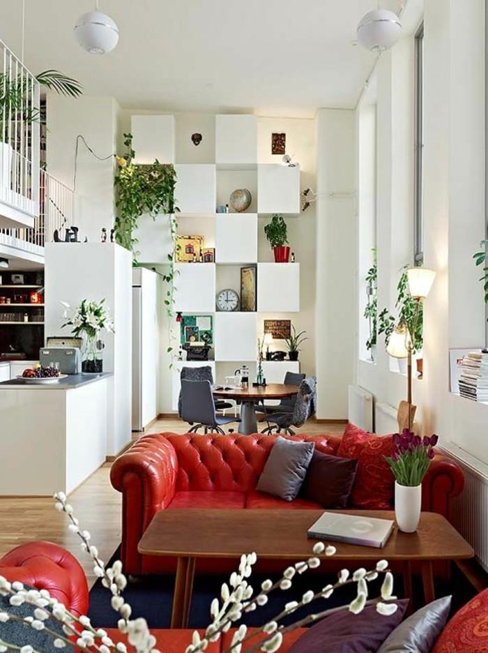 gegenwärtiges-Interieur-weiße-Wände-stilvolle-Möbel-rote-Ledercouch-mit-Knöpfen