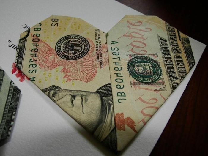 geld-falten-herz-modernes-design-schwarzer-hintergrund